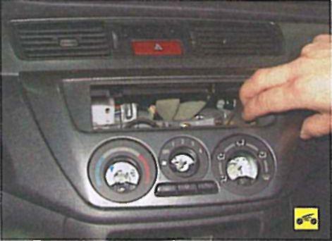 Снятие и установка блока управления отоплением, кондиционированием и вентиляцией